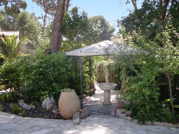 Location vacances var appartements standing st rapha l for Bastide au jardin secret