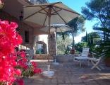 Terrasse ombragée de la location vacances Rosaland à Saint Raphael